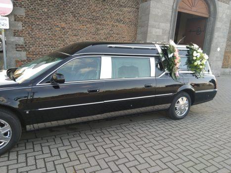 Corbillard Cadillac noir devant l'église vu du coté gauche