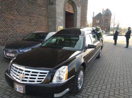 Corbillard Cadillac noir devant l'église