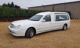 Corbillard Mercedes blanc